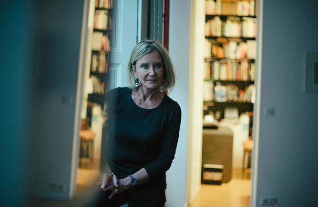 画像: リ・ウーファンによるイヤリングをつけたディアーヌ・ヴェネ。パリの自宅にて。彼女は絵画や彫刻だけでなく、アーティストの制作したジュエリーをコレクションしている