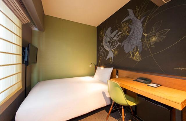 画像: 「世界のウォールアート体感プラン」で宿泊できるアートルームのひとつ。ウォールデザインは客室ごとに作者も絵も違う PHOTOGRAPHS:COURTESY OF AGORA PLACE ASAKUSA