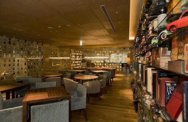 画像: ロビー階にある「カフェ」はグルメな料理で大人気。緑の植栽や公園を見渡せるのも快適