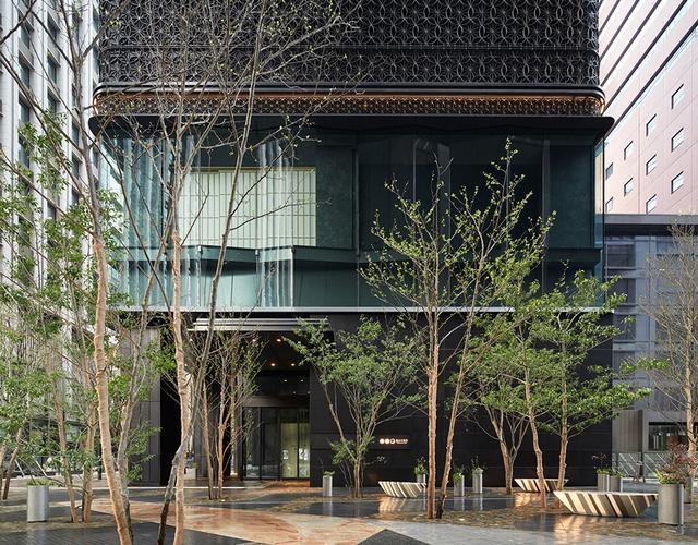 画像: 「星のや東京」正面玄関。エレガントなビルと木立が印象的