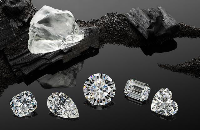 """画像: 「ガーデン・オブ・カラハリ」 342カラットの原石「クイーン・オブ・カラハリ」からは、全部で23石のダイヤモンドが生まれた。そのなかでも、20カラットを超える大粒の5石は、宝石の世界で用いられる主要なカット技術を施すことにより、美しい""""5つの花""""へと姿を変えた (写真左より)「THE POPPY」クッションカット、<20.88カラット>、 「THE MUSA」ペアシェイプカット、<25.01カラット>、 「THE SUNFLOWER」ブリリアントカット、<50.13カラット>、 「THE WATER LILLY」エメラルドカット、<21.03カラット>、 「THE PANSY」ハートシェイプカット<26.15カラット>"""