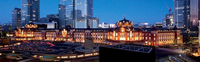 画像: レンガ造りの建物「東京ステーションホテル」がライティングされて夜空に映える