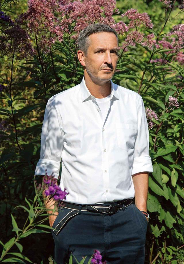 画像: 類まれなセンスで色と柄を紡ぎ出すデザイナー、ドリス・ヴァン・ノッテン。アントワープ郊外の自宅の庭にて