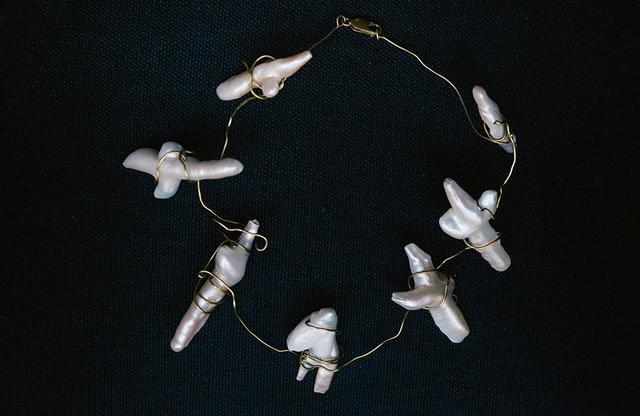 画像: 初期の抽象表現主義を担ったシュルレアリスト、ロベルト・マッタによるネックレス