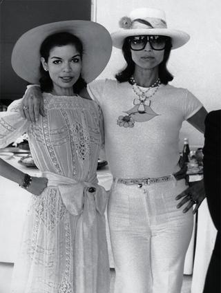 ビアンカ・ジャガーとエルザ・マルティネリ サントロペにて、1970年代半ば
