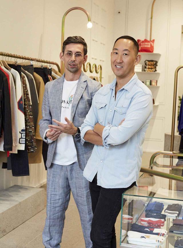 画像: メゾン キツネの共同設立者 兼 クリエイティブ・ディレクターの黒木理也(右)とジルダ・ロアエック。NY・ソーホーにオープンした彼らのブランドのショップにて