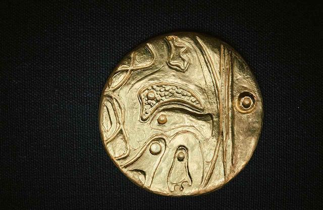 画像: マックス・エルンストによるゴールドのペンダント。200点を超えるディアーヌのプライベートコレクションのひとつ