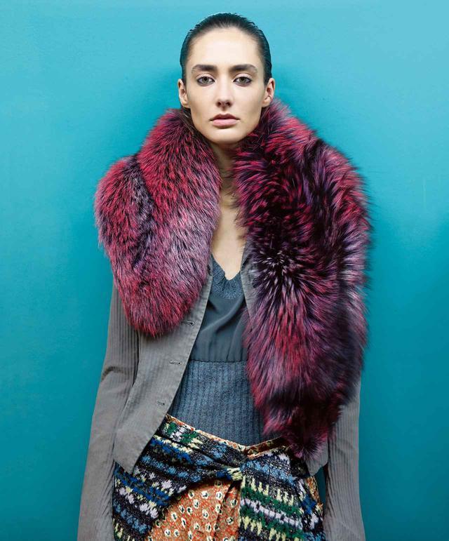 画像: 2003-'04年秋冬コレクションより、ヴァン・ノッテンらしい退廃的な優美さが匂い立つスタイル。 レッドフォックスの ファーストールをあしらったコットンジャケットに、 ダークグリーンのウールセーター、オレンジ色のシルクのスカートを合わせて