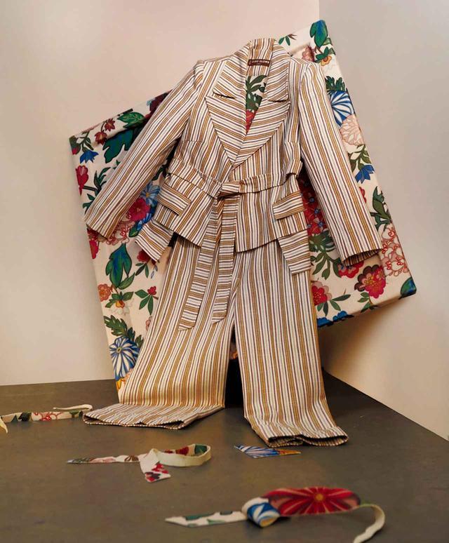 """画像: ナイジェリアに生まれ、現在ロンドンを拠点に活動するオロウは、今回の課題を前にさまざまなアーティストのことを思い浮かべた。そして最終的にガーナ系イギリス人画家リネット・イアダム=ボークアイのために何かを作りたいと感じたという。オロウにとって彼女は「現代アートにおける、新しい具象絵画を生み出した人物。同世代のカラード(有色人種)のアーティストや女性アーティストに勇気を与える最高の模範像」だそうだ。柔らかな筆のタッチと鮮やかな色使いで黒人たちを描いた肖像画は、写実的でありながら幻想的で、これまでになかった新しい絵画形式だといえるだろう。オロウは、友人であるイアダム=ボークアイが、どんなに着飾ったときでもためらわずに""""キャンバスに立ち向かう""""気概も尊敬している。彼女のように美に精通した女性のために、あえて実用性のあるユニフォーム的な服を作りたかったという彼は、オークルカラーのデニム地のダブルブレストジャケットをデザイン。ボトムの深いポケットからは「絵筆が何本か飛び出すとさまになるね」とオロウは言う"""