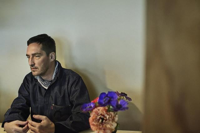 画像: 日本を訪れるのは3回目だというセルジュ。「過去2回は仕事の都合で、ごく短期間の滞在でした。今回はやっと、少しゆとりのあるスケジュールで来ることができて嬉しい」と語る。取材当日は、日本のEVISUジーンズのデニムジャケットを着ていた