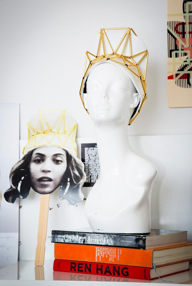 画像: ビヨンセが『7/11』のミュージックビデオで身につけたサンバイザー型の王冠