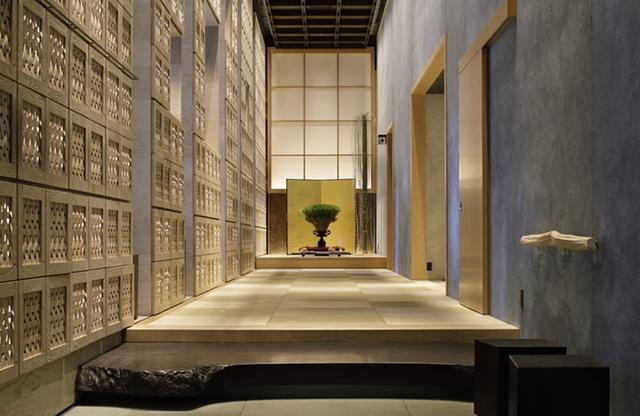 画像: 白木の美しさが際立つ玄関内。お香の香りに癒される
