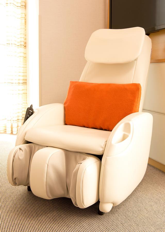 画像: 各客室に置かれているマッサージチェア。疲れ切った足も、硬くなった背中もほぐしてくれる