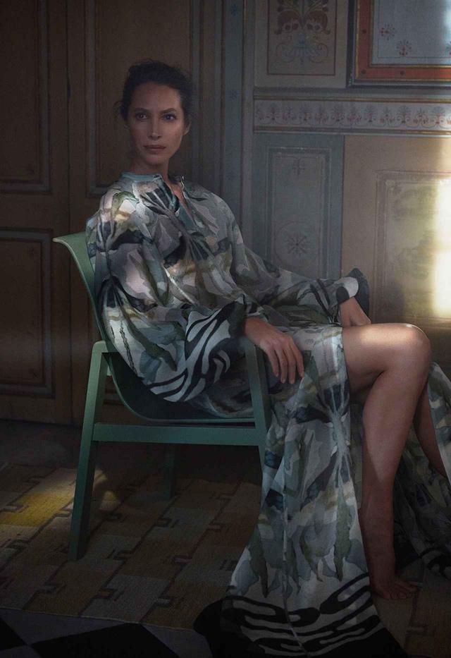画像: シルクのような質感がリュクスなドレス ¥18,999(税込)