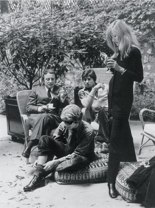 イヴ・サンローランとピエール・ベルジェが暮らしたパリのアパートの庭にて。くつろぐふたりとフランソワ&ベティ・カトルー、1960年代
