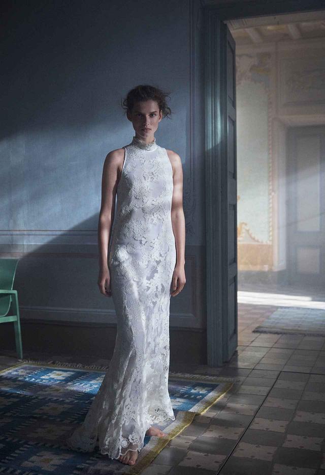 画像: エコニール®を用いた白いドレスは、ブライダルシーンでの着用も可能。 ロングドレス¥34,999(税込)