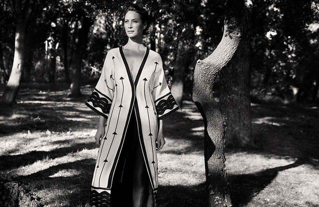 画像: リネンとシルクの混紡のドレス ¥24,999(税込)。 これらのアイテムは、世界各国の限定店舗で発売される PHOTOGRAPHS; COURTESY OF H&M HENNES & MAURITZ AB