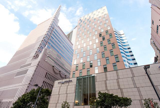 画像: ホテル外観 中心に写るベージュの外壁の建物が「レム日比谷」。左の高層塔のビルは宝塚劇場