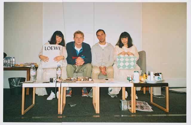 """画像: 『Publication』の撮影のフィッティングの時に撮った""""双子シリーズ""""。真ん中左がジョナサン・アンダーソン。その右側がミカエル・アムザラグ COURTESY OF LOEWE"""