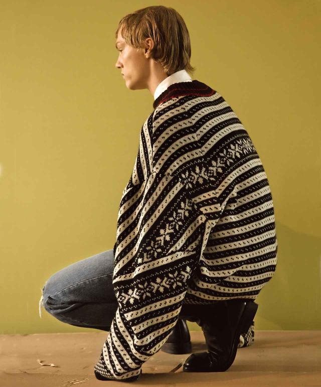 画像: 2017-'18年秋冬メンズ・コレクション。 セーター ¥110,000、シャツ¥33,000、デニムパンツ¥38,000、ブーツ¥119,000 ドリス ヴァン ノッテン TEL. 03(6820)8104