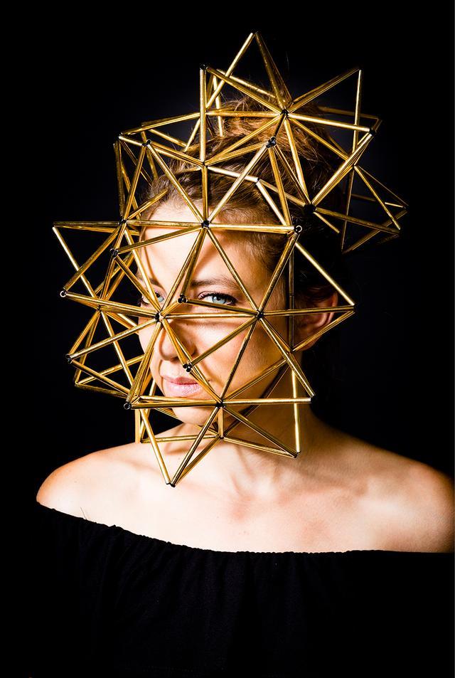 画像: 自らがデザインしたヘッドピースを身につけた、ジュエリーブランド「WXYZジュエリー」のローラ・ワス。ミュージシャンのエリカ・バドゥと出会ったときも、彼女はこのヘッドピースを身につけていたのだとか