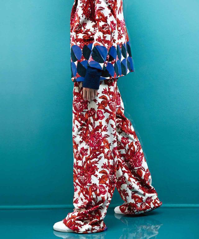 画像: 2017-'18年秋冬ウィメンズ・ コレクション。ドリス ヴァン ノッテンのシグネチャー的な柄とグラフィカルモチーフが鮮やかなパンツスーツ ジャケット¥170,000、パンツ¥92,000、スニーカー¥52,000 ドリス ヴァン ノッテン TEL. 03(6820)8104