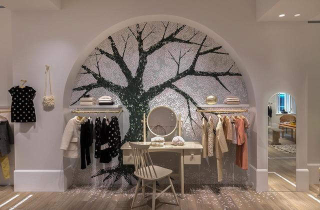 画像: アーティストの田中健太郎氏が描いた桜の木が室内を彩る