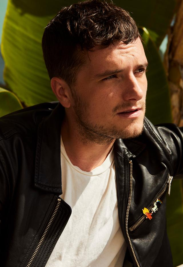 画像: マーク・ジェイコブスのレザージャケットを着たジョシュ・ハッチャーソン。ジャケットはもともと、映画『ハンガー・ゲーム』のプロモーション・ツアーで着用したもの