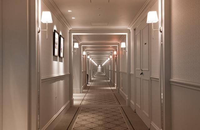 画像: 歩いていると、文豪になったかのようにストーリーが浮かびそう。長い廊下はこのホテルならでは