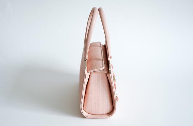 画像: 2本ハンドルでマチもしっかりあり、エレガントでありながら実用性も兼ね備える バッグ<H15 × W26 × D9.5㎝>¥1,296,000