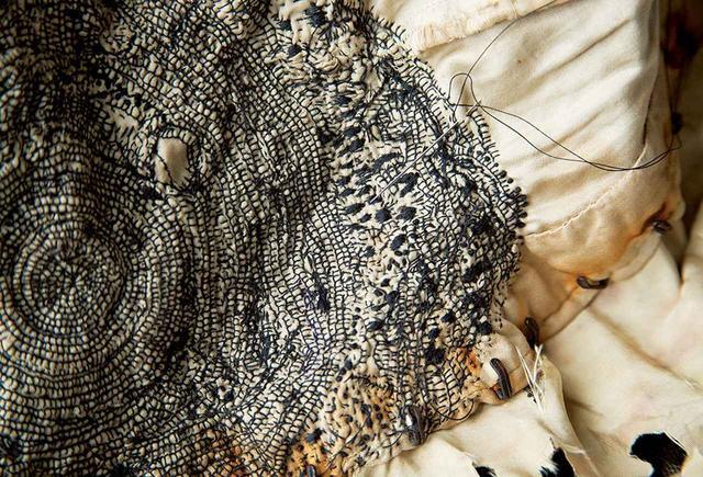 画像: 現在制作中のもの。《つばめ》と《ひばり》のジャケットの身頃部分。刺繡糸ではなくミシン糸を用いる。 PHOTOGRAPH BY YASUYUKI TAKAGI