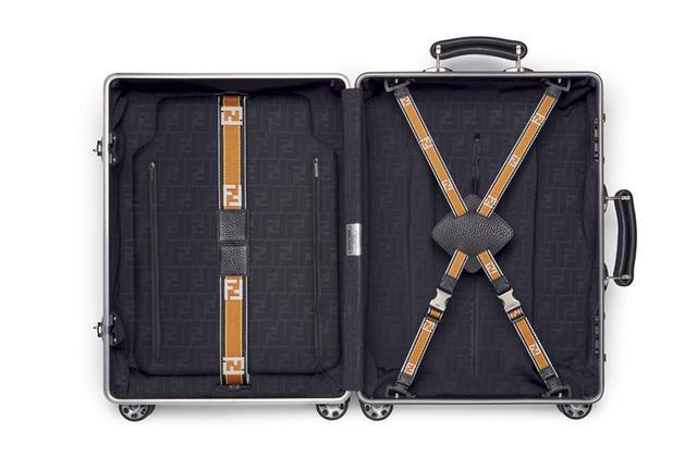 画像: 内装の裏地には、FFロゴをあしらった機能的なネオプレーン素材を採用。荷物の量に合わせて位置を調整できる中仕切り「フレックス・ディバイダー・システム」も搭載し、快適な旅をサポートする PHOTOGRAPHS: COURTESY OF FENDI