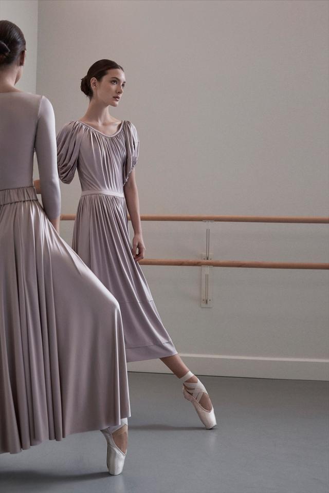 画像: バレリーナが今季のテーマ。「布の量感、落ち感が実にエレガントです」 右のドレス ¥108,000 Co PHOTOGRAPHS: COURTESY OF Co