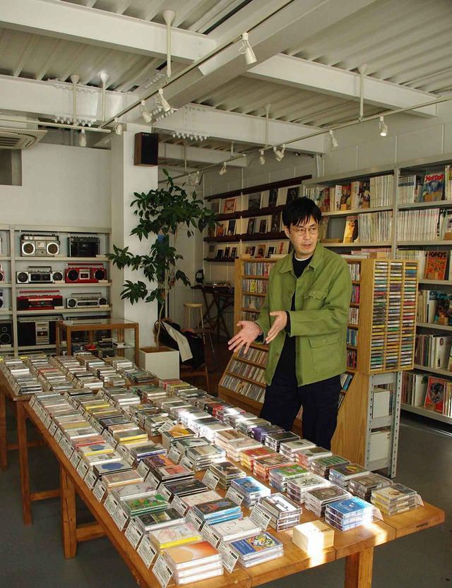 画像: 訪れる客は若い世代から高齢の方まで幅広い。カセットテープを初めて聴く若者は、そのパンチのある音に驚くという