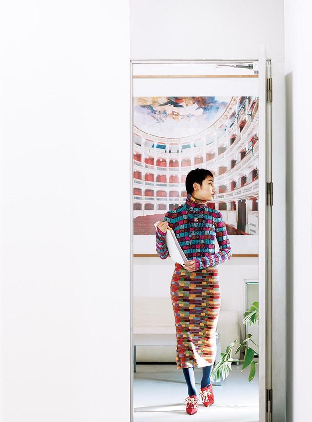 """画像: (写真内の作品)Candida Höfer, """"Teatro Mercandante Napoli I"""", 2009 ©the Artist,courtesy of Yuka Tsuruno Gallery (モデル着用)ドレス¥309,000、トップス¥252,000、靴¥253,000、タイツ¥44,000、ネックレス(参考商品) シャネルカスタマーケア(シャネル) TEL. 0120-525-519"""