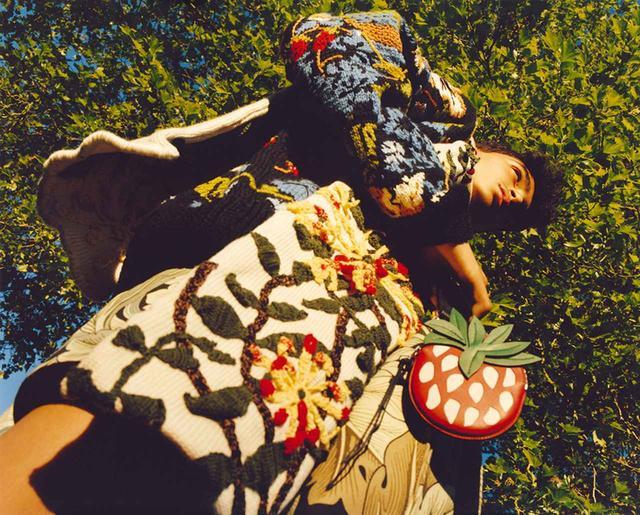 画像: ルックブックより、モリスの「いちご泥棒」柄をあしらった手編みのストールとセーター(価格未定)、 ストロベリーチャーム ¥60,000