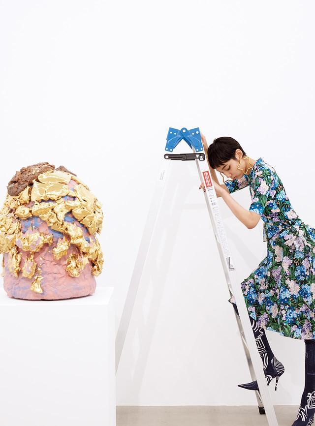 """画像: (写真内の作品)Takuro Kuwata,""""Blue Sky Momoko"""", 2016 ©Takuro Kuwata, Courtesy of KOSAKU KANECHIKA (モデル着用)ドレス¥264,000、シングルピアス 各¥34,000、パンタシューズ(参考商品) バレンシアガジャパン(バレンシアガ) TEL. 0570-000-601"""