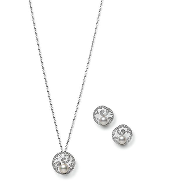 画像: グランドオープンに伴って、本店で先行発売されるジュエリー。らせんを描く波を、精緻に表現 「PraisetoNature」 ペンダント ¥1,100,000 イヤリング〈K18WG、アコヤ真珠、ダイヤモンド〉 ¥1,050,000 PHOTOGRAPHS: COURTESY OF MIKIMOTO