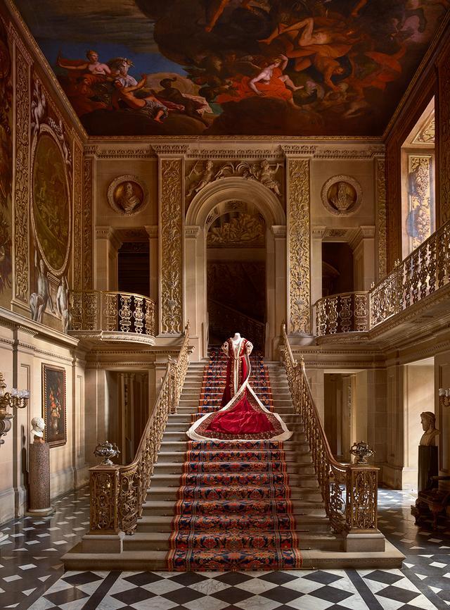 画像: 1937年の戴冠式でエヴリン公爵夫人が、1953年にはメアリー公爵夫人が着用したローブ Mistress of the Robes Coronation Gown, Painted Hall, Chatsworth, worn by Duchess Evelyn at 1937 coronation and Duchess Mary at 1953 coronation. PHOTOGRAPH BY THOMAS LOOF, © Chatsworth