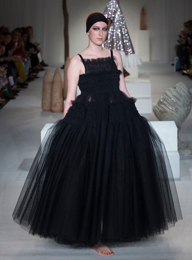 画像: 「モリー ゴッダードはカラフルなチュチュドレスの印象が強いですが、黒のドレスも独特のフォルムが際立って素敵です」と吉田さん。モリー ゴッダード 2018年春夏コレクションより PHOTOGRAPHS BY KAMIL KUSTOSZ / MOLLY GODDARD