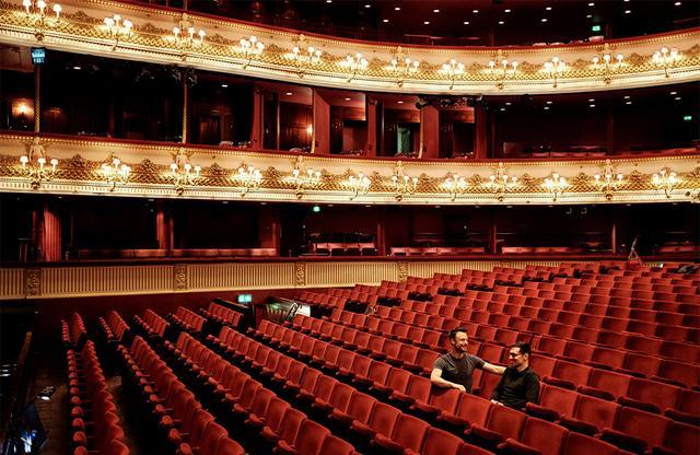 画像: 木曜日 9:30「リハーサルで確認」 新しく制作している作品「Corybantic Games(コリュバンテスの遊戯)」のステージリハーサルの初日を迎えたロンドンの英国ロイヤル・オペラ・ハウス。この作品のコスチュームをつくったデザイナーのアーデム・モラリオグルは、英国ロイヤル・バレエ団のディレクター、クリストファー・ウィールドンとともにこの日のリハーサルに参加していた。このバレエ作品は、アメリカ人作曲家の故レナード・バーンスタインに捧げられたものだ。