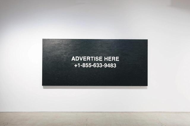 """画像: 3月に東京で行われた初個展『""""PAY PER VIEW""""』。《""""advertise here""""》(2018, Oil on canvas 3200 × 1430mm)と題された作品には、ヴァージルの昔の携帯番号と留守録のメッセージが描かれている PHOTOGRAPH BY KOICHIRO MATSUI"""