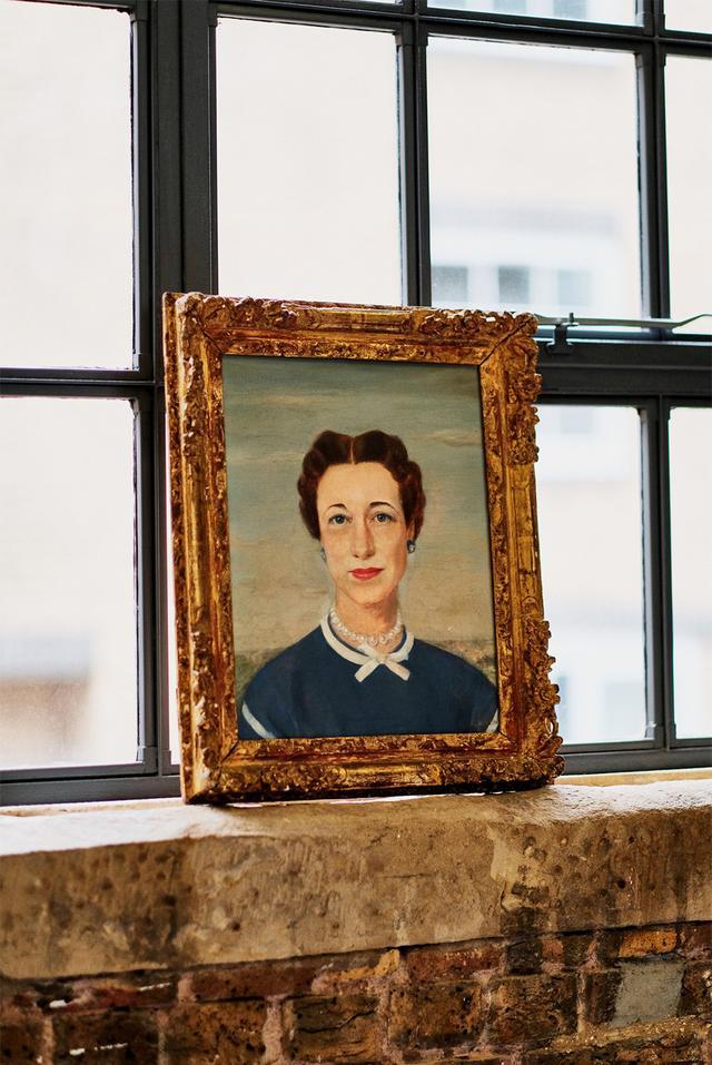 画像: 金曜日 10:00「窓辺のアート」 アーデムのオフィスの窓辺には、ウィンザー公爵夫人であるウォリス・シンプソンを描いた油絵が飾られている。彼はこの肖像画を、公爵夫妻の遺品販売会で買い求めた。歴史上の女性からインスピレーションを得ることの多いアーデム。たとえば彼の2018年春夏コレクションでは、1958年にエリザベス女王とアメリカのジャズ・ミュージシャンであるデューク・エリントンがハーレムで出会ったときのことを思い描いたという。