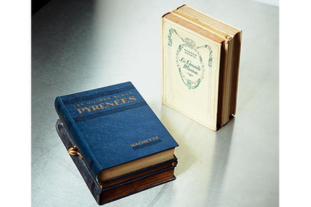 画像: 約100年前のアンティーク本をリメイクした一点もののクラッチバッグ「ラ・ブキニスト」。本はIto自ら蚤の市や古本屋で買いつけたもの バッグ ¥55,350〜