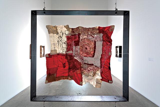 画像: 《midnight》。金沢21世紀美術館の「コレクション展1 Nous ぬう」(終了)より。 PHOTOGRAPH BY SHINTARO YAMANAKA(QSYUM!)COURTESY OF 21ST CENTURY MUSEUM OF CONTEMPORARY ART, KANAZAWA