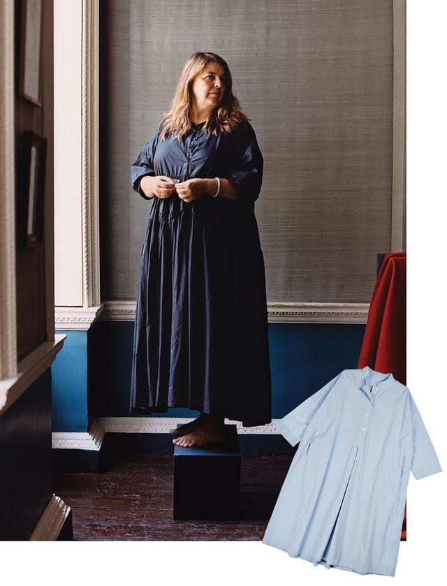 画像: 「ケイシーケイシー」の顧客でイギリスの造園デザイナー、ジニー・ブロム。メンバーの一人に名を連ねるロンドンのアート・ワーカーズ・ギルドにて撮影。 (写真右下)「ケイシー ケイシー」のスカイブルーシャツ PHOTOGRAPH(ITEM): COURTESY OF TIINA THE STORE