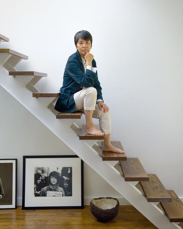 画像: 「ソーホーにある自宅のロフトにて。階段の下にあるのは、写真家マーク・リブーによるジョン・レノンのポートレイト。リブーの作品を集めているんです」