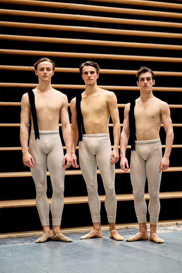 画像: 木曜日 14:20「ダンサー3人組」 バックステージでフィッティングの順番を待っているダンサー、ハリー・チャーチズ、レオ・ディクソン 、デイヴィッド・ユーズ。肩に掛かった1本のリボンは、群舞の中でダンサーを見分ける目印となる。