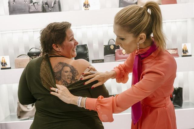 画像: アニック・チェナードは、セリーヌ・ディオンのコンサートを21回観ていて、右肩にはディオンのタトゥーを入れている