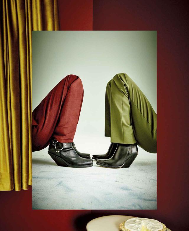 画像: (モデル左) パンツ(参考商品) The Kooples( thekooples.com ) ブーツ(参考商品) Vetements ( vetementswebsite.com ) (モデル右) パンツ ¥145,000、ブーツ ¥145,000 セリーヌ ジャパン(セリーヌ) TEL. 03(5414)1401 CARPET: ABC HOME & CARPET